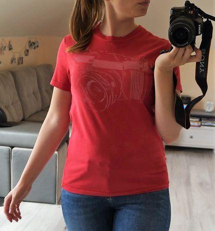 Czerwona koszulka z krótkim rękawem aparat