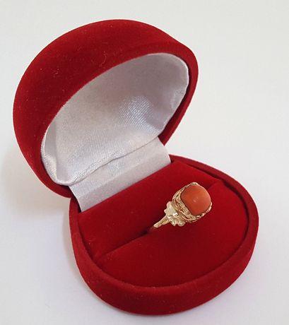 Złoty pierścionek zdobiony naturalnym koralem rozm. 15