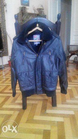 Продаеться куртка на міху.