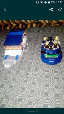 Два човна з орегинального лего