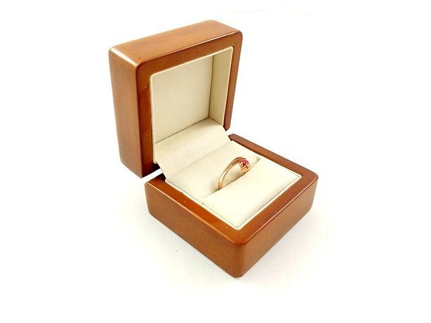 Złoty pierścionek z różowym oczkiem Pr.585 W:1,88g