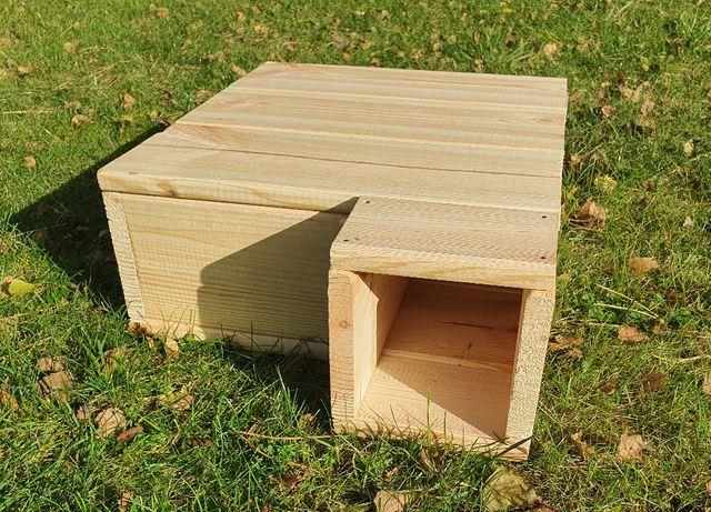 Sosnowy domek dla jeża