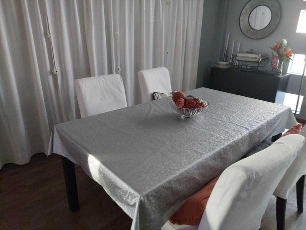 Mesa de jantar com cadeiras em castanho-preto