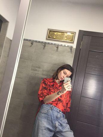 Яркая рубашка в стильный принт
