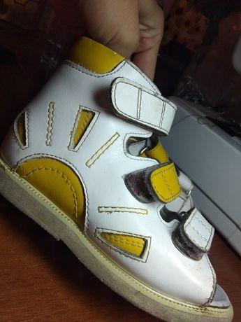 Ортопедичне взуття, сандалі