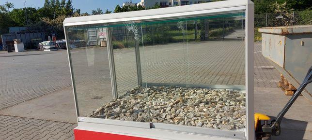 Szklana gablota z lustrem