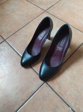 Piękne pantofle czarne na obcasie
