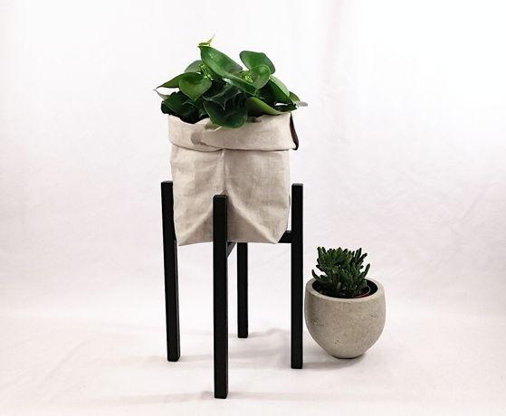 Czarny stojak na doniczkę na nóżkach 25/h40 dąb