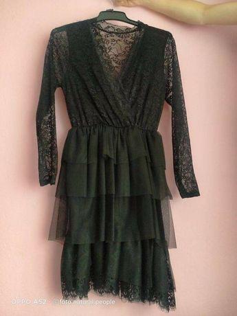 Czarna koktajlowa sukienka z dekoltem w serek