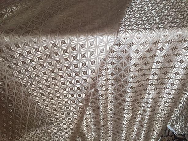 Новые отрезы ткани и готовые шторы.