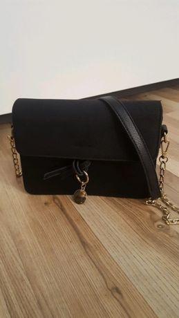 Czarna torebka listonoszka na ramię