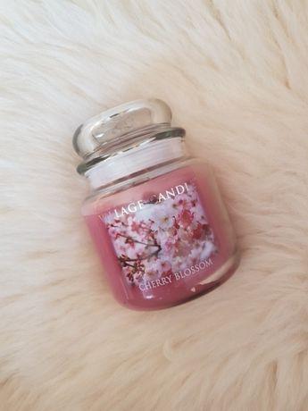 Village Candle Cherry Blossom Średnia świeca zapachaowa