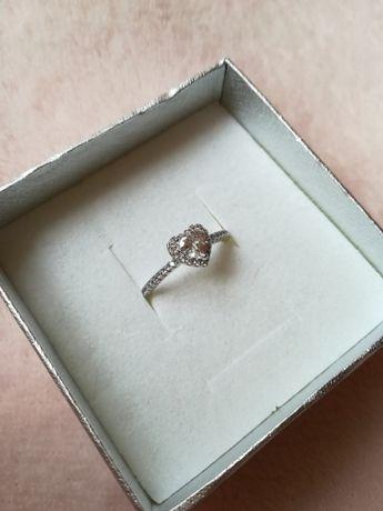 srebrny pierścionek serduszko z diamencikami cyrkoniami stal 16,9 mm