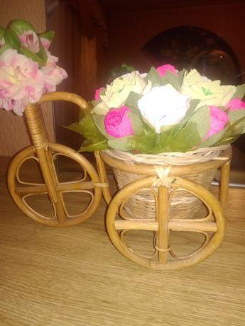 Велосипед кашпо плетёный с цветами из гофрированной бумаги