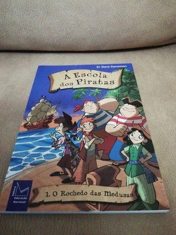"""Livro """"A escola das piratas""""."""
