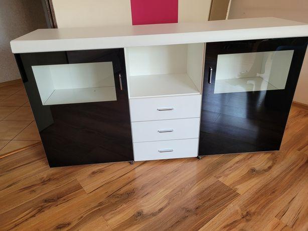 Komoda biała czarne szyby, szuflady półki i szafki używana