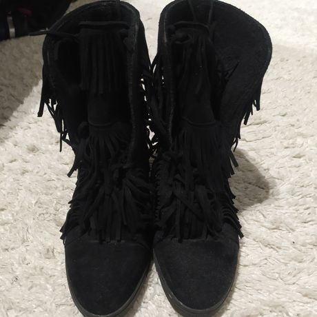 Czarne sneakersy z frędzlami