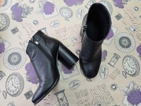 Женские кожаные ботинки на круглом каблуке Elegance Collection