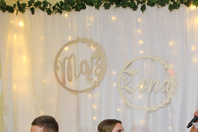 Ścianka ślubna i białe pokrowce na krzesła