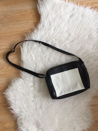 Torebka torba listonoszka czarna skórzana biała na pasku ramie bershka