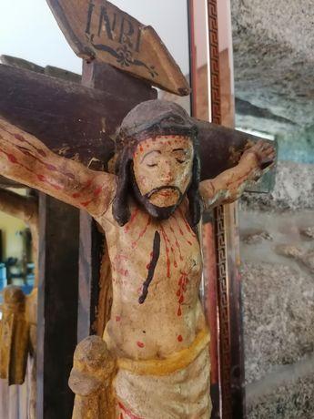 Cristo muito antigo de madeira em cruz