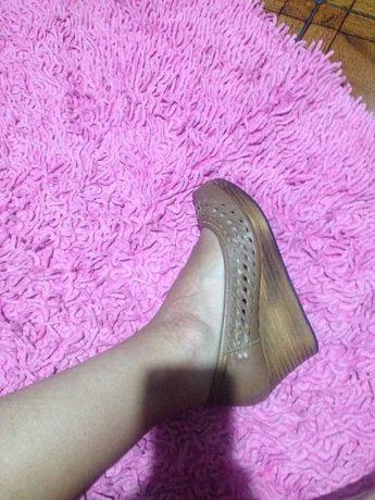 Sapatos pele e sola de madeira