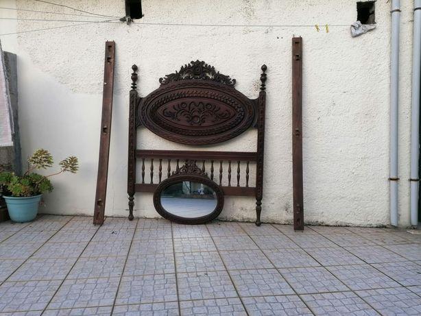 Cama de casal e espelho de parede
