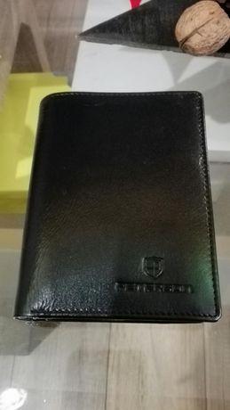 Nowy oryginalnie zapakowany portfel z czarnej skory licowej Peterson.