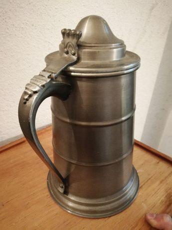 Jarro de metal antigo cerveja