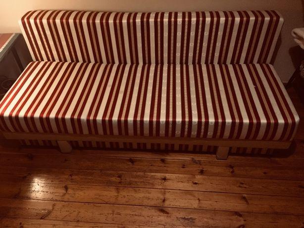 Kanapa rozkładana z funkcja spania i pojemnikiem na pościel