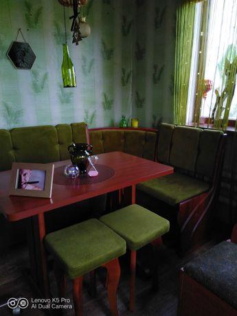 Продам новый кухонный уголок с новым столом и двумя табуретками.