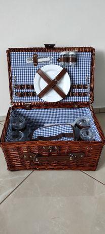 Piękny wiklinowy kosz piknikowy