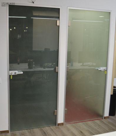 Стеклянная дверь в алюминиевой коробке. от мастера