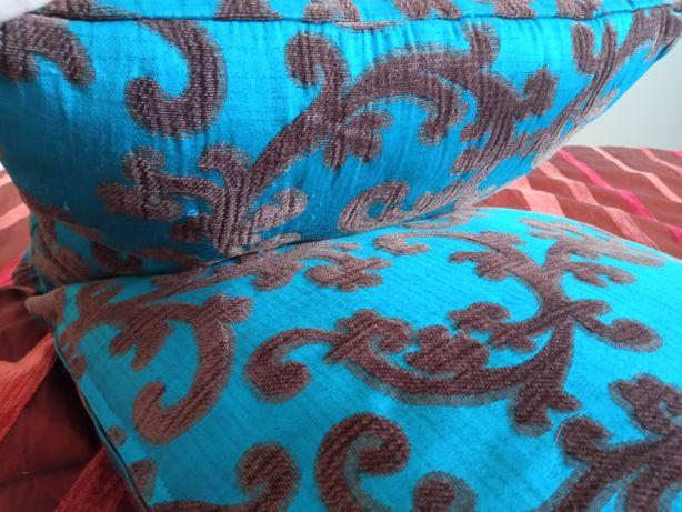 Almofadas decorativas azul turquesa e castanho