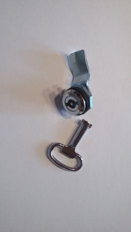 Zamek i kluczyk do szafy sterowniczej