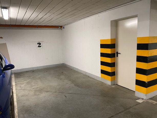 Syndyk sprzeda miejsce postojowe w garażu i komórkę lokatorską.