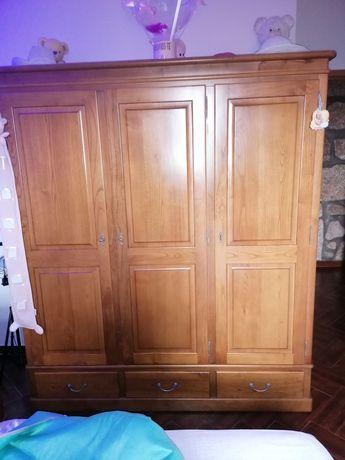 Guarda fatos em madeira com 3 portas e 3 gavetas