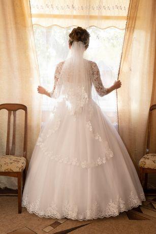 Весільне плаття .В комплекті чохол і коло.Розмір м-л