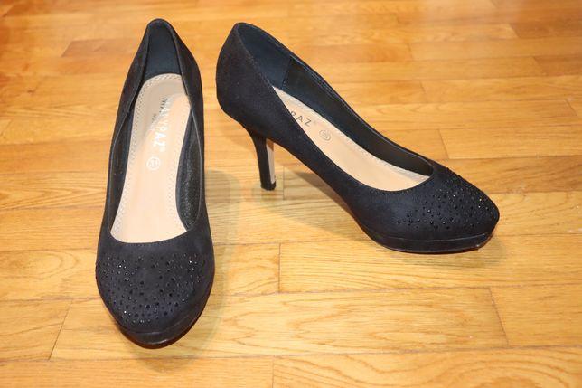 Sapatos pretos brilhantes