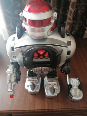 Игрушка робот на пульт управлении