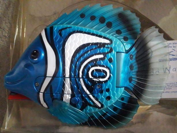 Рыбка-игрушка плавает в воде