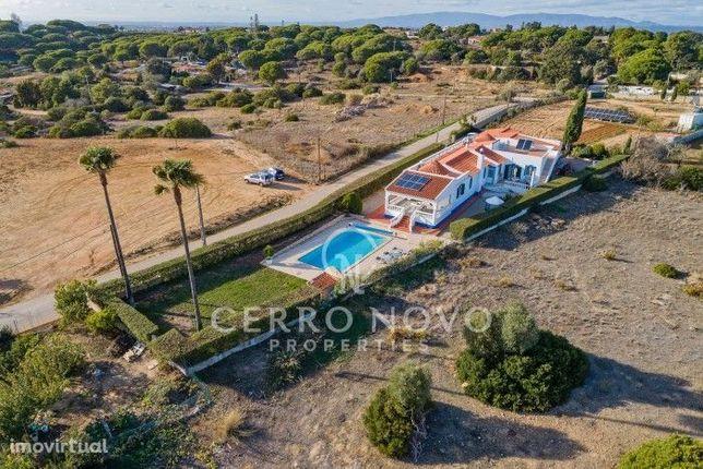 Bonita moradia térrea com piscina privada em Porches