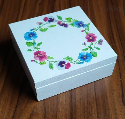 Drewniane pudełko, wianek z kwiatów, szkatułka, rękodzieło