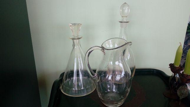Duas garrafas e um jarro de vidro gravado antigos.