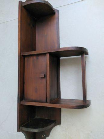 Drewniana, narożna półka kuchenna