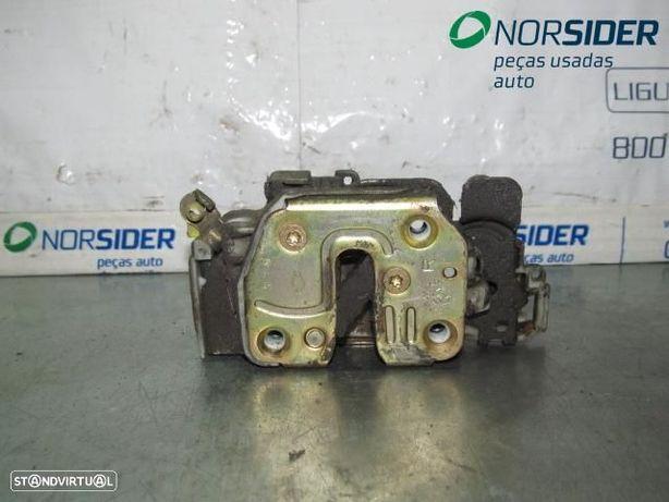 Fecho da porta frente direita Nissan Navara (D22)|98-01