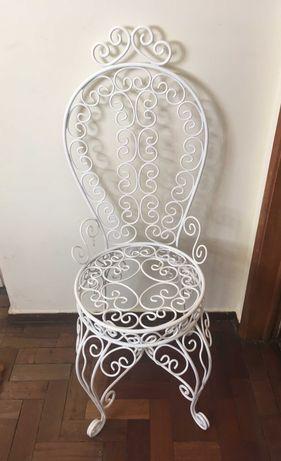 Várias cadeiras em ferro de jardim