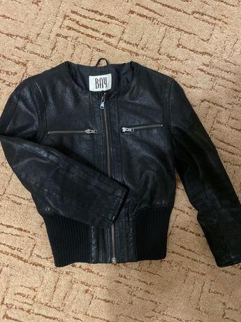 Продам кожанную куртку на резинке женскую