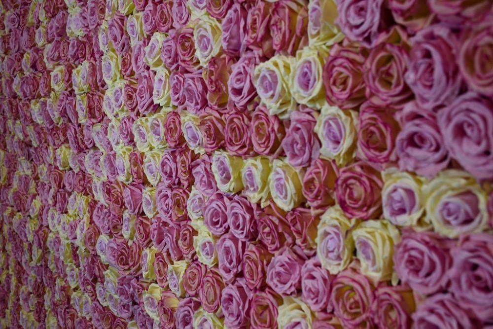 Ścianka kwiatowa na wesele, dekoracja ślubna, stół prezydialny, tło