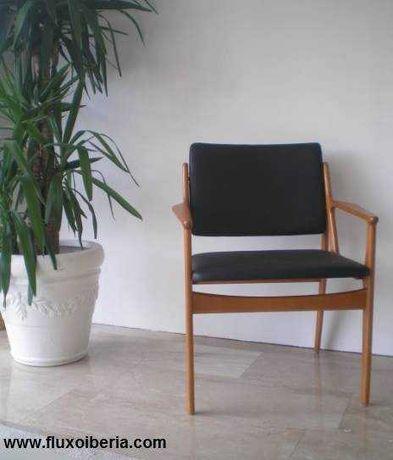 cadeira tipo vintage em madeira